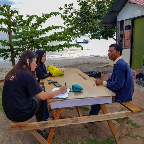 Research Assistants Ms Lee Sok Fen & Ms Nursyazwani Ramlan of University of Malaya conducting an interview with a local fisherman in Teluk Senangin, Perak. © University of Malaya (Sandra Liew)